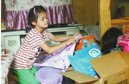 婷婷在给妈妈盖被子 本版照片均由记者刘玉乐 摄