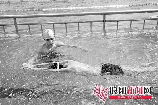 青年游泳健身俱乐部游泳教练密永琪一对一为学员进行培训。