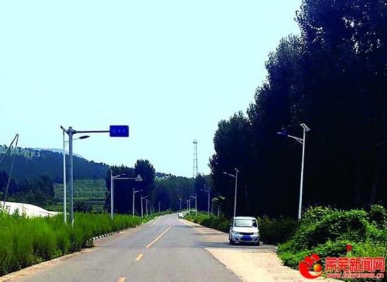图为莱城区和庄镇与淄博石马镇交界处,从和庄镇往淄博方向看,对面道路宽,配套设施齐全。