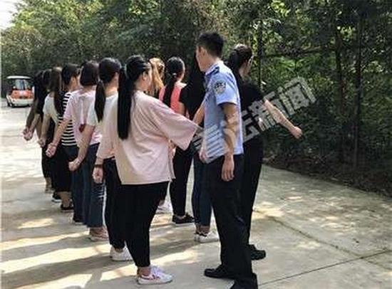 """9月4日,14名校园""""小霸王""""们在通州某生态农场参与军事训练。 法制晚报 图"""