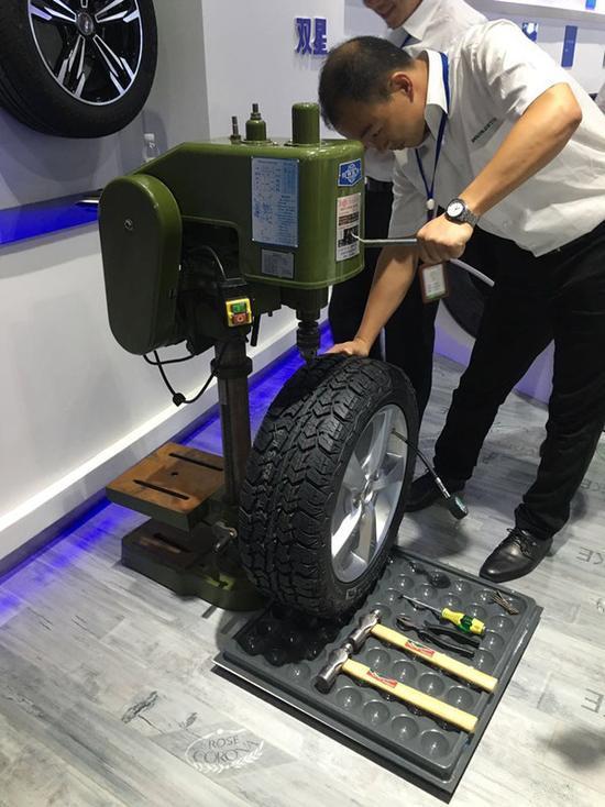 扎完拔出来,轮胎纳米材料快速自我修复,车还要照样开着跑。