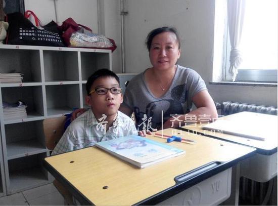 一对特殊同桌:妈妈坐左边,儿子坐右边。齐鲁晚报齐鲁壹点记者 李楠楠 摄