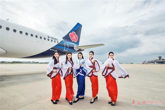 本次活动将在青岛航空qw9871郑州至丽江航线上展开,并选派青春靓丽且