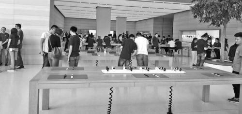 新一代iPhone发布前夕,济南苹果直营零售店里客流没有明显增多。本报记者 任磊磊 摄