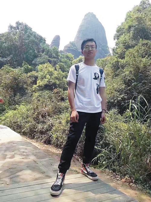 王耀栋喝下了第六杯酒。