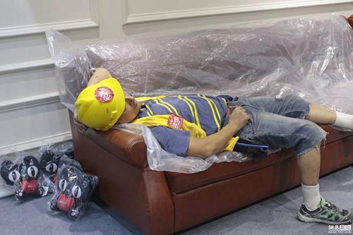 对于这一幕,展商工作人员不忍叫醒熟睡的工人,想让他多睡一会。