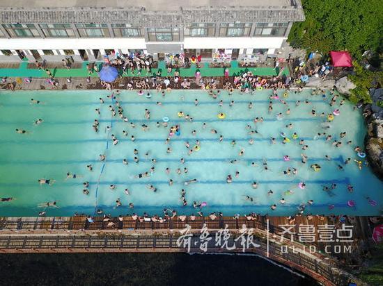 泉水浴场成为市民消暑好去处。