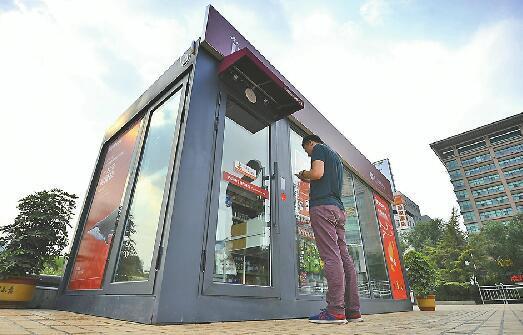 13日下午,泉城广场无人超市张贴了手机和APP扫码两种开门流程,方便顾客学习使用。 记者郭尧 摄