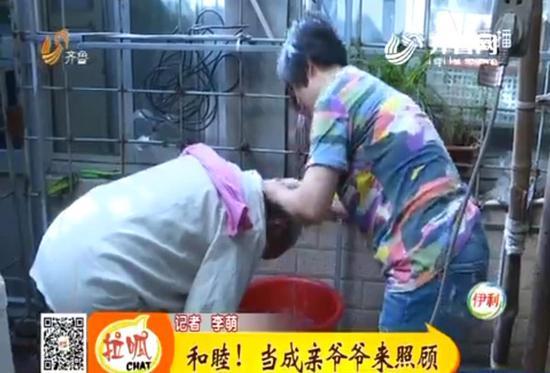 肖女士的丈夫也表示,他们会一直照顾李树友老人,直到老人去世。