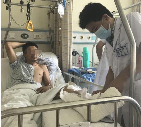 救人者的腿被打骨折