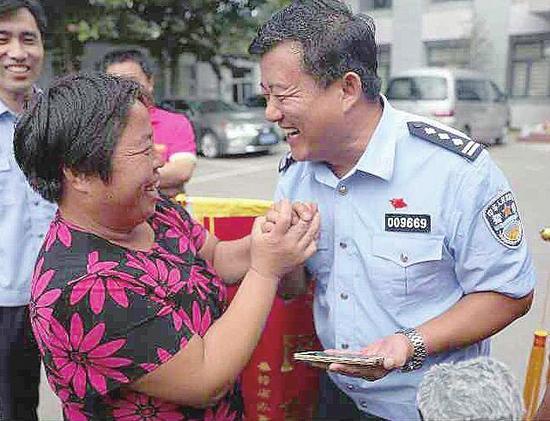 岳丽(左)和民警交流。(警方供图)
