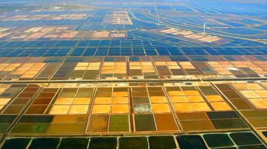 """五年来,这里不断改进制盐工艺,不仅解决了卤污染问题,还实现了海水的""""一水多用"""",拉长了海洋产业链条,废水也能够循环利用。"""