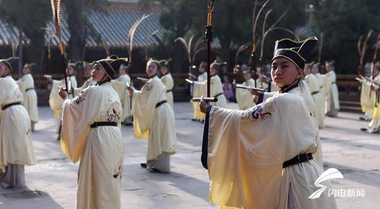 在孔庙的大成殿前,正在表演的是北宋时期的祭孔佾舞。