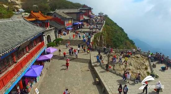 """现在是""""十一""""假期,登山祈福和观日出的游客摩肩接踵。"""