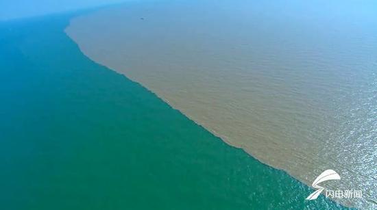 河海交汇后,泾渭分明的金黄和蔚蓝,最终在这里水乳交融。