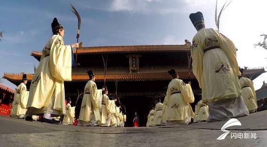 这段一度失传多年舞蹈的再次重现,引起了国内外学术界的极大关注。