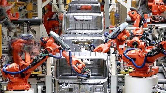 机器人在生产线上,每一个都能赛过最熟练的生产工人,但是让不同生产厂家不同年代的机器人配合着一起干活并不是件容易的事情。