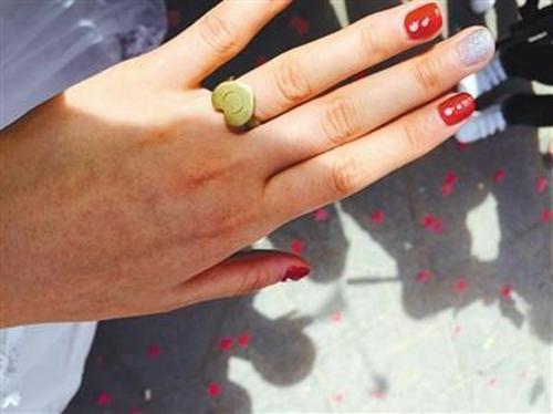 李晓利的戒指是当兵的丈夫用弹壳做的,她觉得很珍贵。 受访者供图