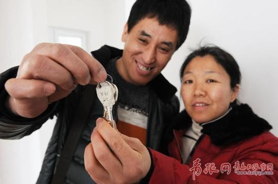 申请家庭领到新房钥匙