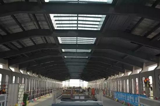 车站内站台层视角、太阳能光伏发电板安装完成。