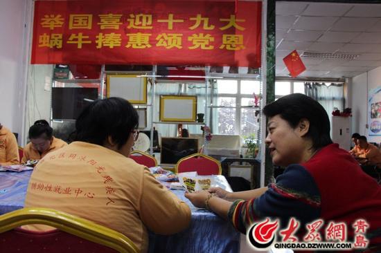 杨萍与情绪不好的孩子谈心。