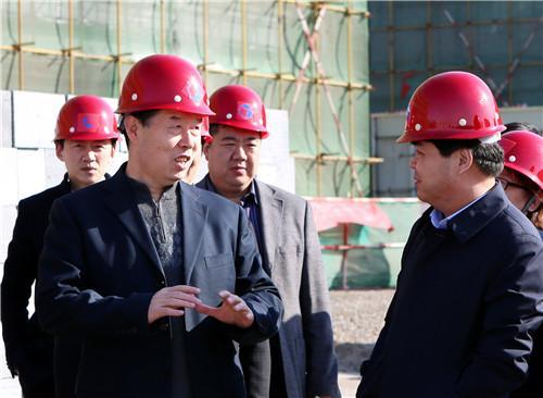 赵新法在师专附中新教学楼建设工地上。