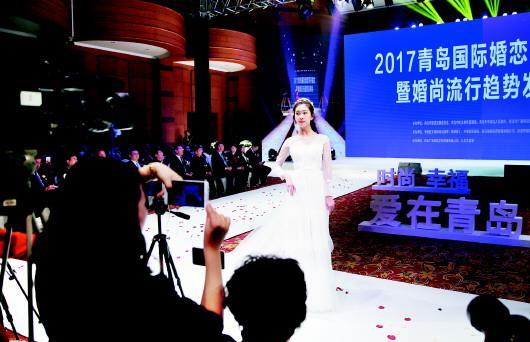 11月1日,八大关小礼堂内,2017青岛国际婚恋节开幕,模特上演婚纱秀.