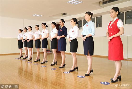 青岛东航招空姐 上千美女报名图片