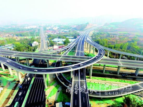 10月底,济南最高立交桥—— — 凤凰山立交桥通车。记者 周青先 摄