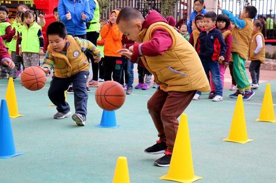 我们期待通过这样一个亲子运动会,能加强父母与孩子之间的沟通、默契与和谐。该幼儿园园长徐晓说,幼儿园更期待通过以亲子运动会的形式,来掀起家庭运动的高潮,强化运动、健康的意识,从而促进孩子和家长的身心和谐健康的发展。童年是金色的,童年是美好的,最美的童年只有一个,把这份最美留给孩子,让游戏点亮孩子们快乐的童年!