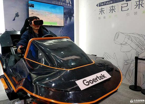 今天(9日)上午,国际虚拟现实创新大会在青岛国际会展中心开幕,各种引领时代的高科技和改变生活的VR(虚拟现实)技术扎堆亮相,市民朋友们可以免费参观体验。   记者在现场看到,各种娱乐类的VR体验设备受到市民的热烈追捧,飞车、战斗机、射击、宇宙飞船、滑雪不少热门的VR游戏体验区前排起了长队。此外模拟穿戴设备、全息展示平台、裸眼3D等产品也同样人气极高。   本届VR展为期三天,11日结束,想感受震撼视觉之旅的你快去一探究竟吧。