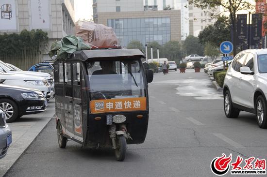 双11过后,像这种快递小车随处可见,穿梭在临沂的大街小巷,据快递小哥介绍,在这段时间里,平均每天送500件。