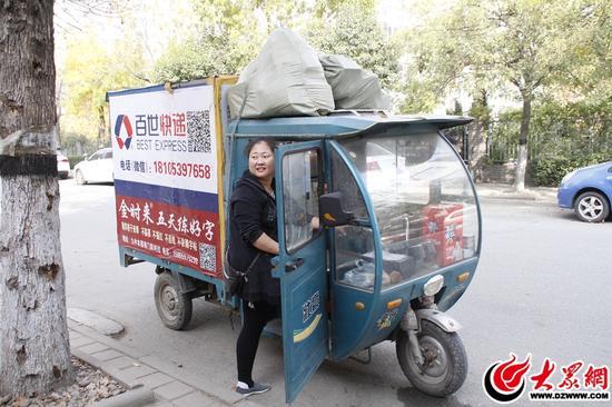 快递员小李把快递送到某小区蛋糕店门口,妻子小梁上车等待时,露出关切的神情。