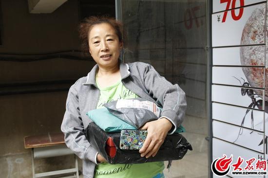 13日下午14时许,市民王阿姨在平安花园小区快递柜里帮女儿拿出了三件快递,也不晓得女儿买了多少东西。