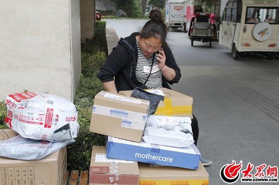 小李夫妇搭档一起派件,小梁负责打电话联系收件人,小李负责快件的搬运。