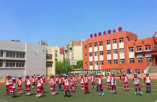 """桦川路小学位于市北区东部,西临辽源西路,坐落在洪山坡小区内。于2001年秋季开办,是国家级""""国际象棋""""传统学校。"""