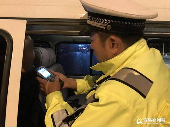 近日,市北交警查获一名酒司机。面对检查,该司机驾车驶离而后弃车逃跑,最终因体力不支被民警抓获。