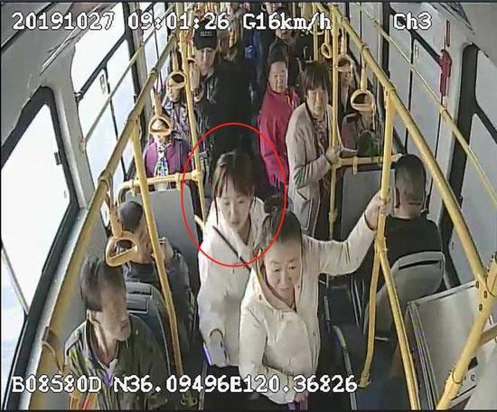 公交车接连上演一元钱爱心接力 暖心市民您在哪儿