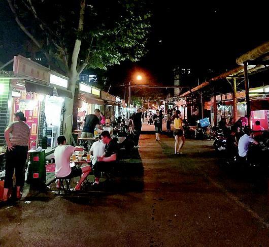21日晚8点,舜玉路夜市正在营业中。