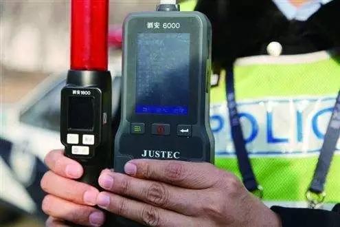 民警让女司机出示驾驶证和行驶证,