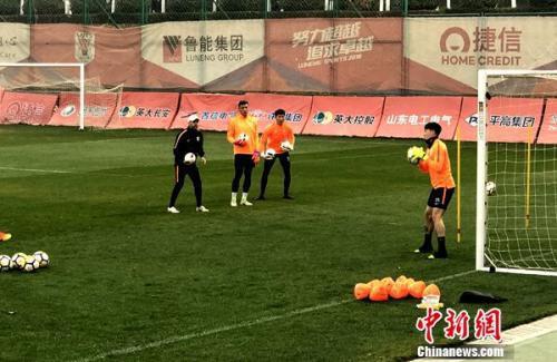 王大雷现身训练场。 中新网记者 王牧青摄