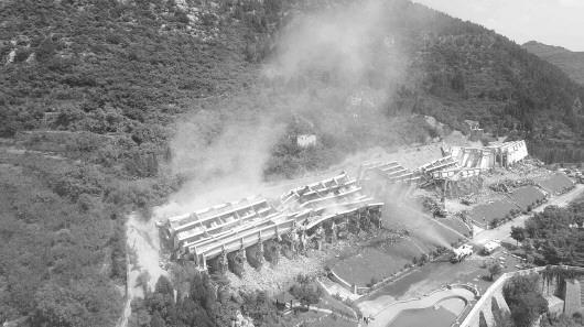 锦绣川水库北岸,济南最大单体违建九久红公寓全部倒塌。南山管委会供图