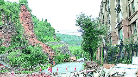 大山坡公园发生山体滑坡,落下的石块距离小区只有几米远。 记者 张国桐 摄