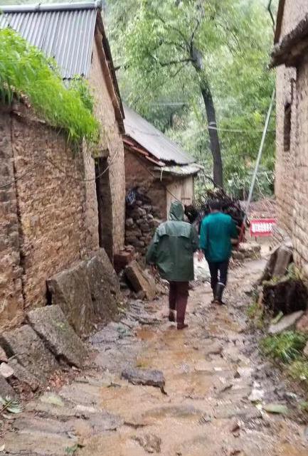 这几天,李永苍组织村民每天都在村里巡逻,无论风雨多大,他都依然坚持。
