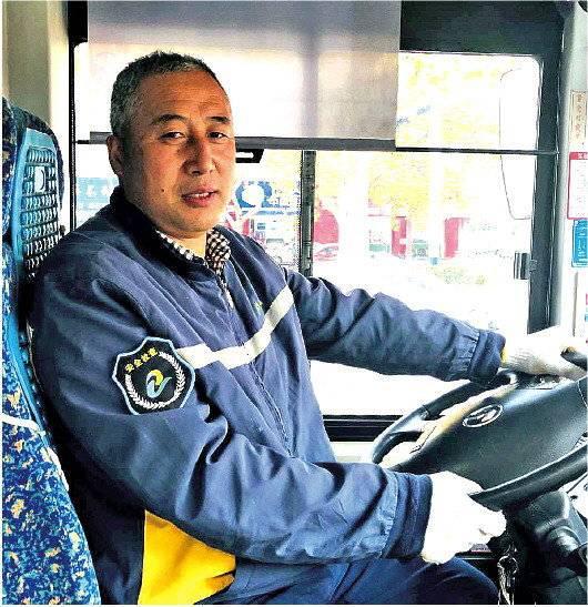87岁摆摊老人拖200斤红薯赶公交 青岛司机乘客齐援手