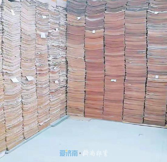 朱长平收藏的各类报纸 (照片由受访者提供)