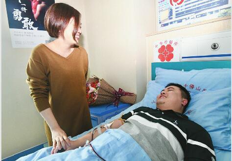 19日,妻子陪护在高翔宇的身边。 记者王汗冰 摄