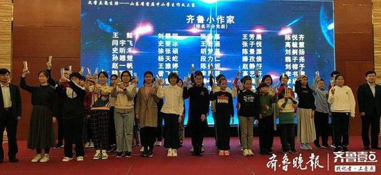 """老师、学生""""组团""""领奖:明年动员更多学生来参赛"""