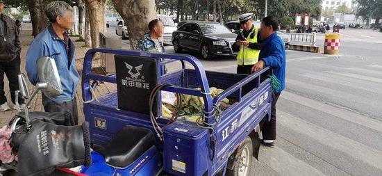 日照东港交警重拳整治 严查摩托车违法行为