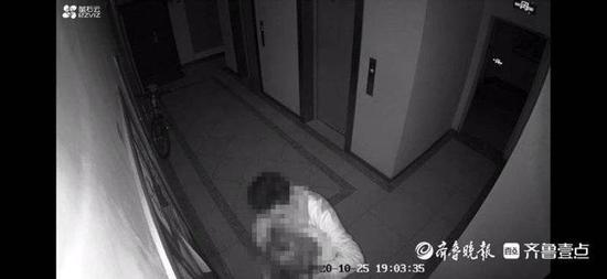 济南一小区内 女子家门口遭男子持刀威胁抢钱